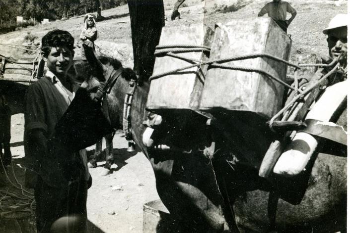 Μεταφέροντας ρετσίνι - Λαογραφικό Μουσείο Περαχώρας